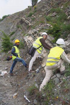Campionamento di rocce sedimentarie per analisi magnetostratigrafiche. Appennino Settentrionale, Gubbio, Italia (foto Leonardo Sagnotti).