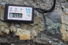 Misura della suscettività magnetica delle rocce sul terreno (foto Leonardo Sagnotti).