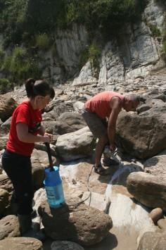Campionamento per mezzo di perforatore munito di carotiere e raffreddato ad acqua di rocce sedimentarie affioranti in Cantabria (Spagna) (foto Jaume Dinarès-Turrel)