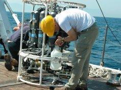 Campionamento di acqua di mare per lo studio del nannoplancton attuale (Golfo di Gaeta), foto A. Cascella