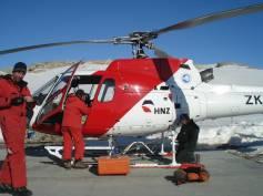 Il montaggio dell'antenna su elicottero. Foto di S. Urbini, ©PNRA